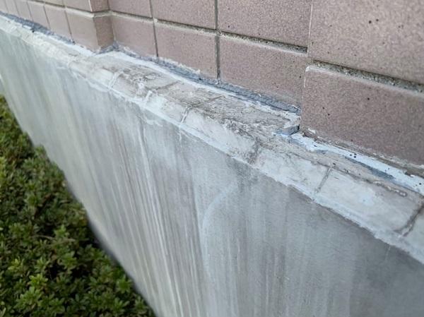 東京都国立市 外壁塗装 付帯部塗装 防水工事 事前調査 コーキングの劣化、基礎の雨染み (2)