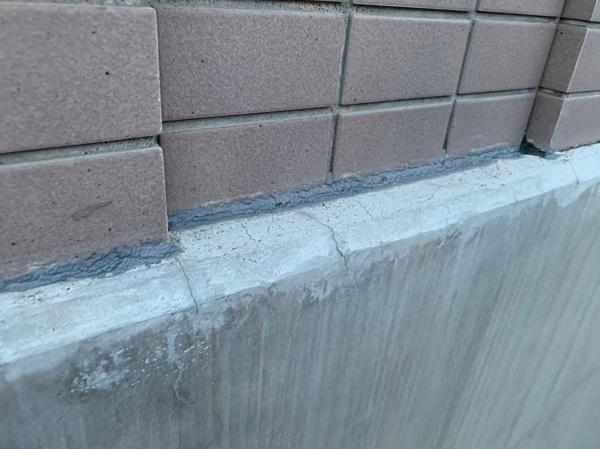 東京都国立市 外壁塗装 付帯部塗装 防水工事 事前調査 コーキングの劣化、基礎の雨染み (5)
